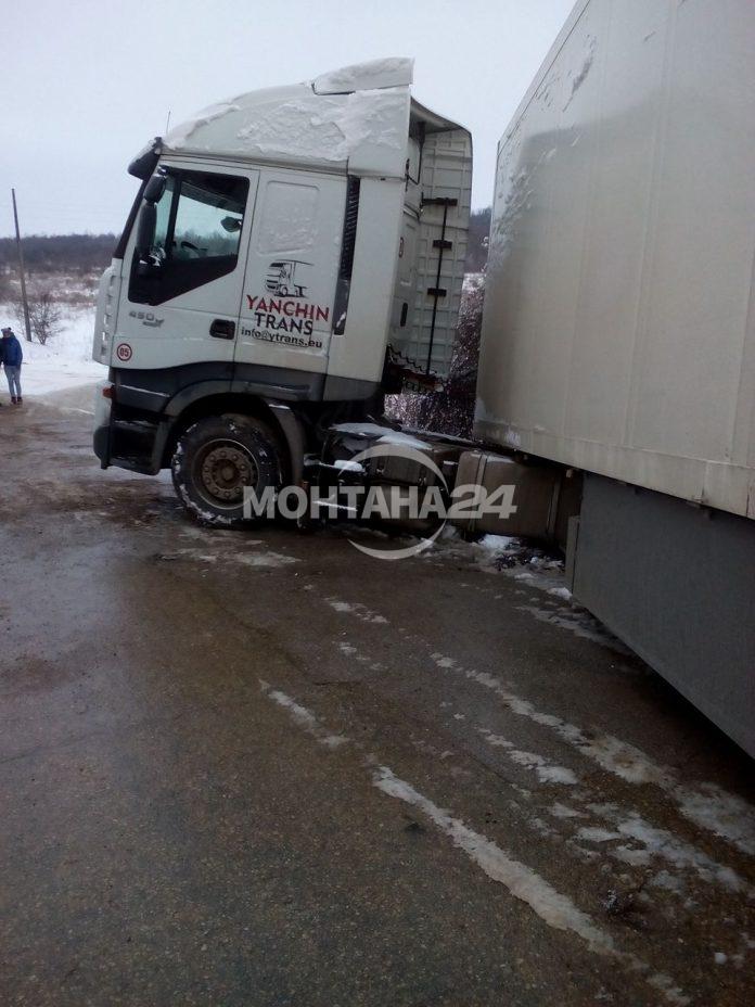 Тир се завъртя край Громшин, пътят е блокиран