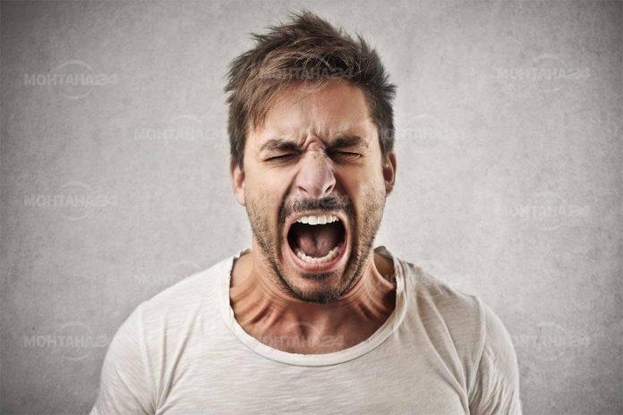 Мъж крещи в училище: