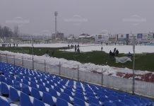 """Работници разчистват стадион """"Огоста"""" преди мача с Локо Сф"""
