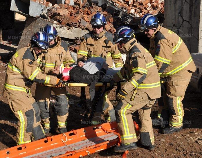 Продължава търсенето на пожарникари и спасители