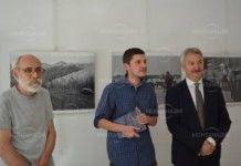 """Внукът на Радичков представи изложбата """"Неосветените дворове"""" в Монтана"""