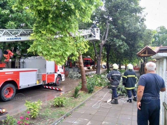 Вчерашната буря вдигна пожарната на крак