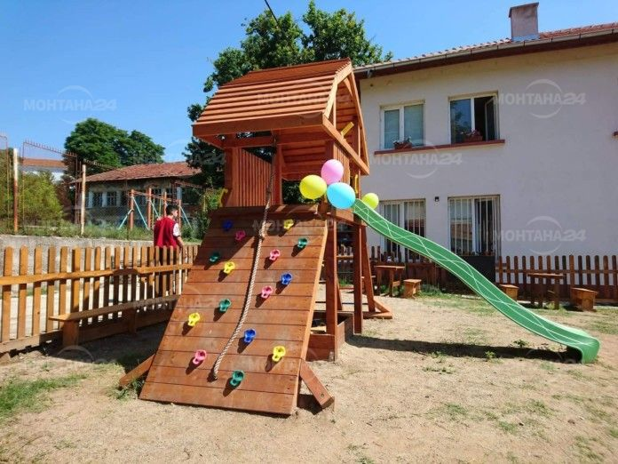 Откриха нова детска площадка в Монтана