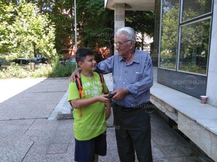 Шестокласник намери и върна портфейл с голяма сума пари