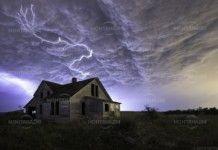 Мълнии изпепелиха две къщи в Монтанско