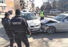 Два автомобила се сблъскаха пред полицията