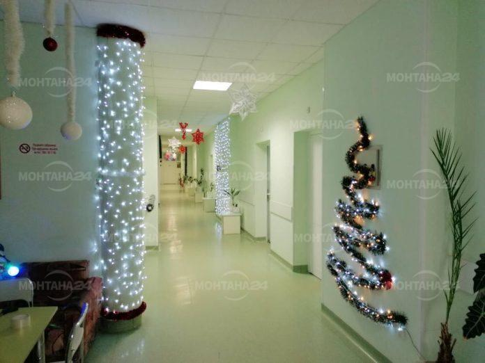 Пациентите в кардиологията се радват на коледна украса