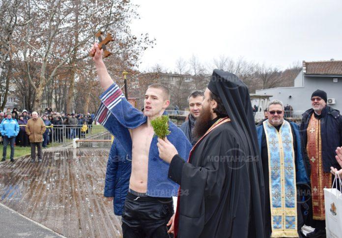 18-годишният Мартин Миланов извади Богоявленския кръст в Монтана