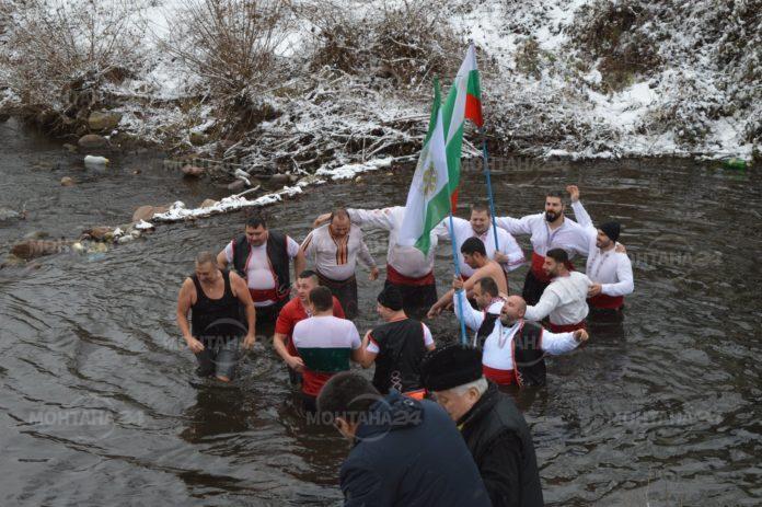 С духов оркестър и греяно вино отбелязаха Йордановден във Вършец