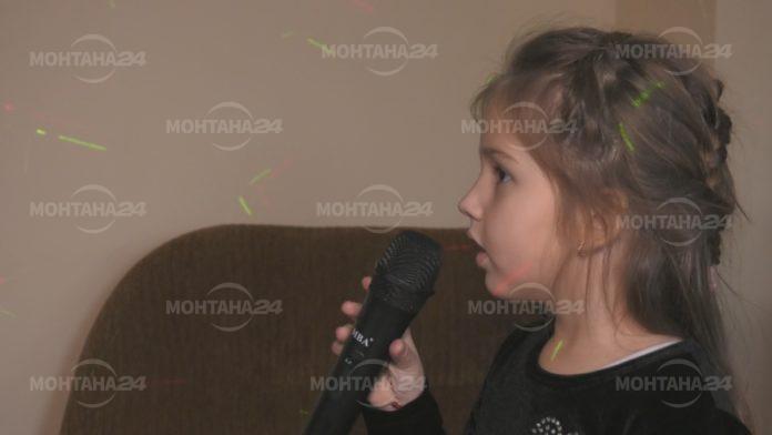 Дете на пет години пее на пет езика