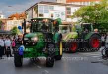 Абитуриенти пристигнаха с трактори на бала си