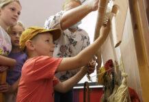Обучават деца да тъкат килими в Чипровци