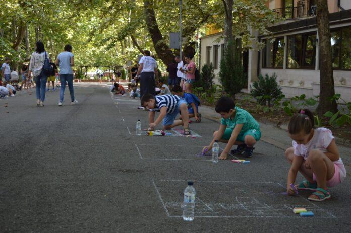 Повече от 60 деца рисуваха на асфалт във Вършец
